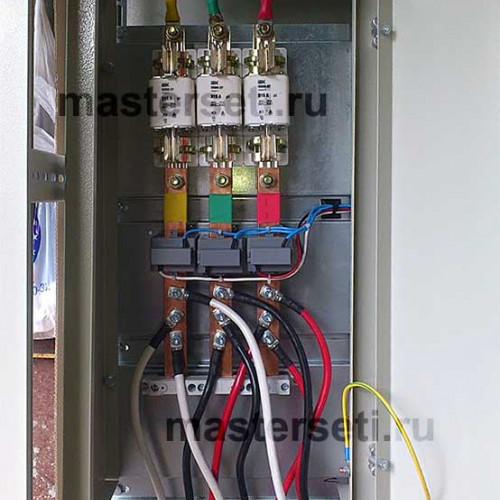 Плавкие вставки и трансформаторы тока. Все токоведущие части расположены в отельном отсеке
