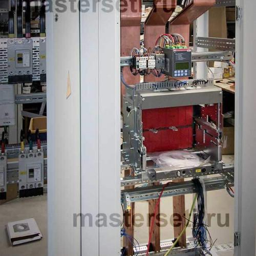 Панель АВР с установленным контроллером и корзиной секционного автомата