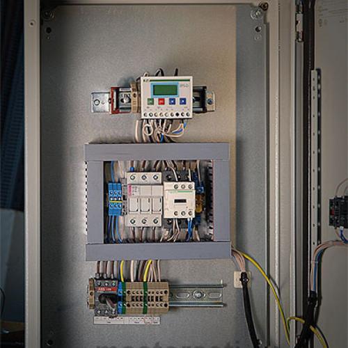 Шкаф управления насосами Grundfos внутри